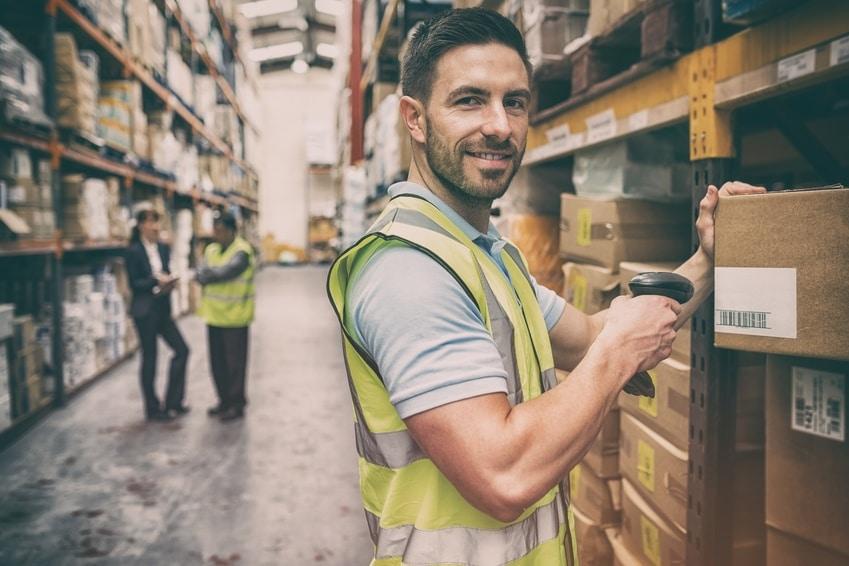 Ein junger Mann bei der Arbeit durch Personal Leasing
